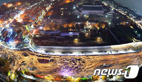 촛불을 든 100만 시민들이 청와대 광장을 에워싸고 있다. .2016.12.20/뉴스1 © News1 사진공동취재단