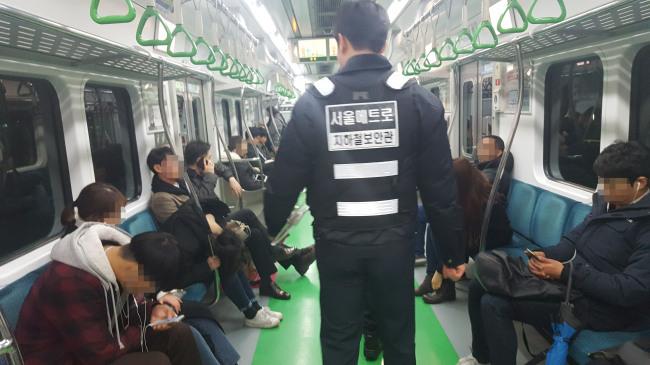 [사진설명=지하철보안관은 성추행범과 이동상인, 취객과 정신이상자들로부터 시민의 안전을 지키는 역할을 한다. 이들은 2개조로 나뉘어 오전 조는 오전 7시부터 오후 4시까지, 오후 조는 오후 4시부터 다음날 오전 1시까지 하루 9시간씩 정해진 구간에서 범죄 예방과 단속 활동을 펼친다.]