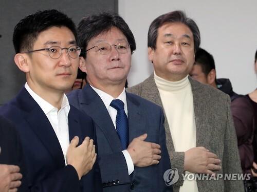 국기에 대한 경례하는 김무성-유승민      (서울=연합뉴스) 배재만 기자 = 개혁보수신당(가칭) 김무성 의원(오른쪽)과 유승민 의원(가운데)이 8일 오전 국회 의원회관에서 열린 당명채택회의에서 국기에 대한 경례를 하고 있다.