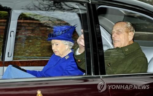 예배 참석 뒤 남편 필립(오른쪽) 공과 함께 성 마리아 막달레나 교회를 떠나는 영국 엘리자베스 여왕 [EPA=연합뉴스]