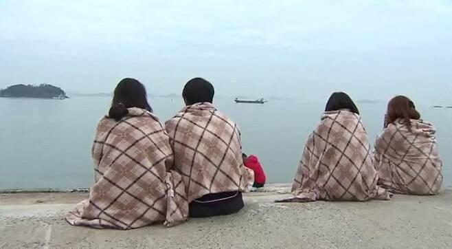 4월 16일 팽목항에 앉아 바다를 바라보는 가족들 / 출처: SBS 보도국 촬영 영상 아카이브