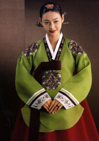 김정남이 유럽코리아재단 측에 보낸 메일에 '세번째 여성'이 원하는 한복 모델이라며 첨부한 두 장의 사진 중 한 장. 다른 사진에는 '아리랑 한복'이라는 글씨가 적혀 있으나 현재 출처는 확인되지 않는다.