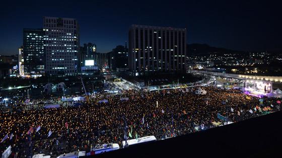 15차 촛불집회가 열린 11일 오후 서울 광화문광장에서 참가자들이 광장을 가득 메운 채 촛불을 밝히고 있다./ 사진제공=뉴스1