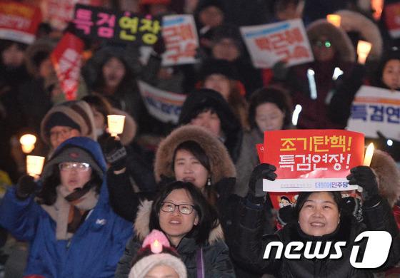 18일 오후 서울 광화문광장에서 열린 제16차 범국민행동에 참석한 시민들이 촛불을 들고 박근혜 대통령 탄핵 촉구와 특검 연장을 촉구하고 있다./뉴스1 © News1 이재명 기자
