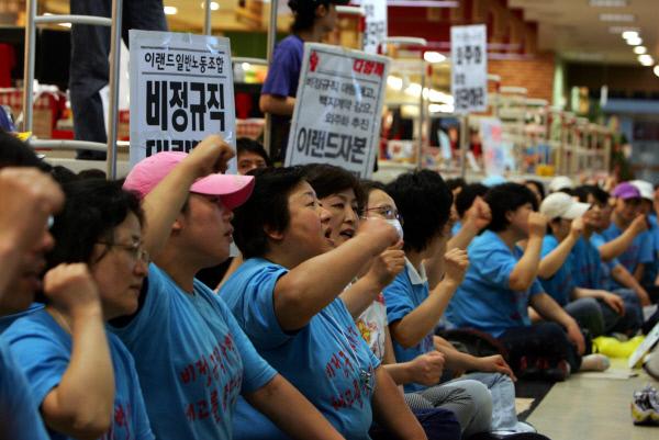 2007년 7월 농성하는 홈에버·이랜드 비정규직 노동자들.   경향신문 자료사진