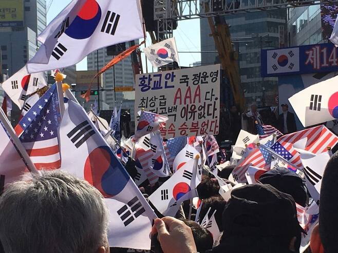 25일 오후, 서울 중구 대한문 인근에서 대통령 탄핵기각을 위한 국민 총궐기운동본부가 주최한 '제14차 탄핵기각 총궐기 국민대회'가 열렸다.