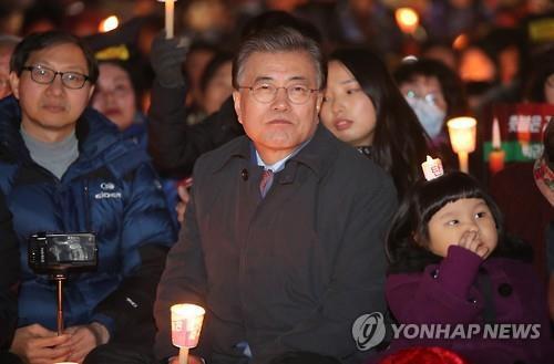 (전주=연합뉴스) 임채두 기자 = 31일 더불어민주당 문재인 전 대표가 촛불을 들고 있다. 2016.12.31  doo@yna.co.kr  (끝)