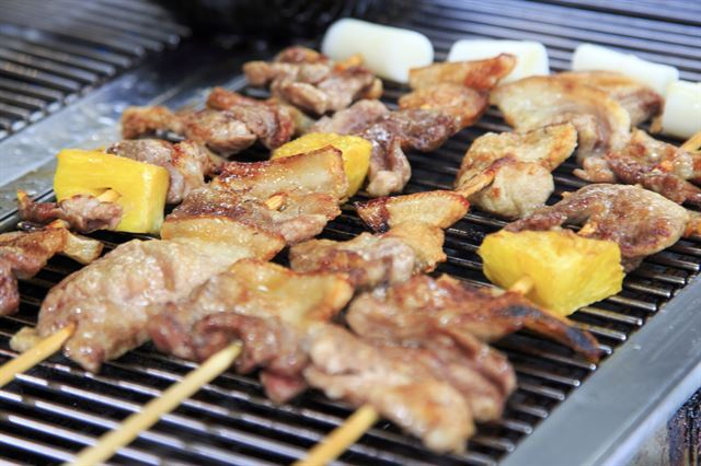 흑돼지와 파인애플, 가래떡이 꽂힌 꼬치구이. 한국관광공사 제공.