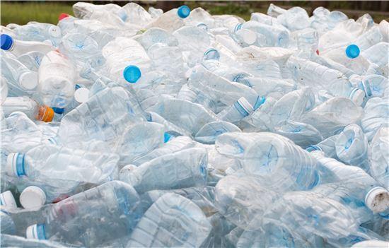 지난 2016년 국가별 1인당 연간 플라스틱 소비량을 조사한 결과 한국이 1인당 평균 98.2kg으로 97.7kg를 사용한 미국을 제치고 1위를 기록했다. 사진 = 게티이미지
