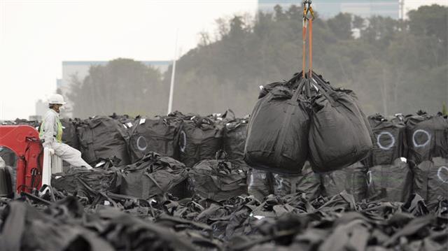 일본 후쿠시마 원전과 인근 지역에서 수거한 방사능 오염 표토가 인근 야적장에 쌓이고 있다. 이 때문에 바람을 타고 다른 지역까지 방사능 오염을 일으킬 가능성이 제기된다.사이언스 제공