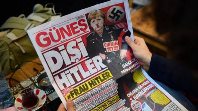 나치로 패러디 된 메르켈 독일 총리