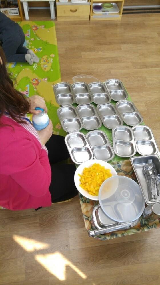 아이들의 오전 간식 준비. 파프리카와 우유가 이날 식단이었다. 정종훈 기자