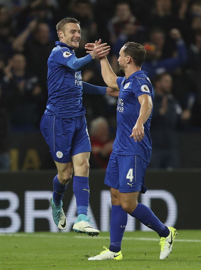 레스터시티 제이미 바디(왼쪽)가 지난 5일 선덜랜드와 경기에서 골을 넣은 뒤 대니 드링크워터와 기쁨을 나누고 있다. 레스터=AP 연합뉴스