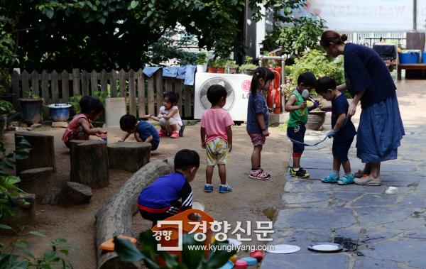 서울의 한 어린이집에서 2세반 어린이들이 뛰어놀고 있다./ 서성일 기자