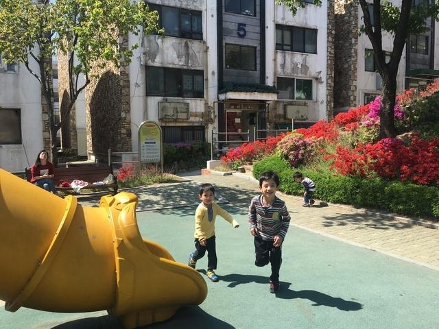 지난달 28일 군포 이주아동 어린이집의 아이들이 놀이터에서 나비를 쫓으며 바깥놀이를 즐기고 있다.
