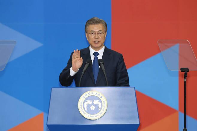 문재인 대통령이 10일 국회의사당 중앙홀에서 대통령 취임선서를 하고 있다. 국회사진기자단