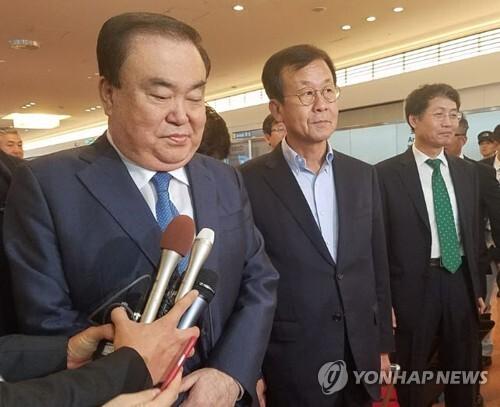 (도쿄=연합뉴스) 김정선 특파원 = 한국 새 정부의 일본 특사인 문희상(왼쪽) 더불어민주당 의원이 17일 하네다공항을 통해 일본에 도착했다.  jsk@yna.co.kr