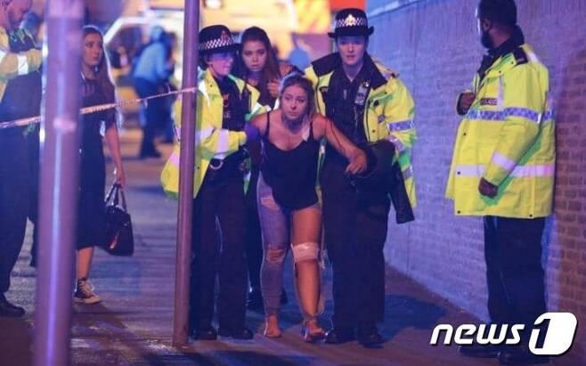 22일 영국 맨체스터 경기장에서 발생한 폭발로 수많은 사상자가 발생했다.[출처=BBC]© News1