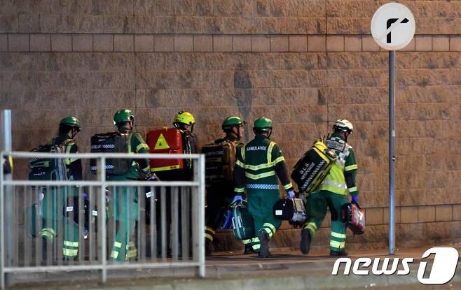 맨체스터 폭발 현장에 의료진과 구조대가 긴급 투입됐다. © AFP=뉴스1