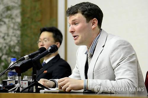 """(평양 AFP/조선중앙통신=연합뉴스) 북한에 장기간 억류됐다가 최근 의식불명 상태로 송환된 미국 대학생 오토 웜비어(22)씨 가족들은 19일(현지시간) 성명을 통해 병원에서 치료받던 웜비어가 이날 오후 3시20분 사망했다고 밝혔다.      미 오하이오 주(州) 신시내티에 거주하는 가족은 성명에서 """"아들 오토 웜비어가 집으로의 여행을 완전히 끝냈다고 발표하는 것은 우리의 슬픈 의무""""라며 """"우리 아들이 북한의 손아귀에서 받은 끔찍한 고문과 같은 학대는 어떠한 다른 결과를 낳을 수 없도록 했다""""고 말했다. 사진은 2016년1월 관광차 방문한 북한의 평양 양각도 호텔에서 정치 선전물을 훔치려 한 혐의로 체포됐던 웜비어가 같은 해 2월29일 기자회견하는 모습.    bulls@yna.co.kr"""