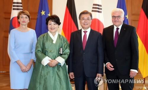 (베를린=연합뉴스) 배재만 기자 = 독일을 방문한 문재인 대통령과 부인 김정숙 여사가 5일(현지시간) 독일 베를린 대통령궁에서 방명록을 작성한 후 독일 대통령 부부와 기념촬영을 하고 있다. 오른쪽은 프랑크 발터 슈타인마이어 독일 대통령, 왼쪽은 엘케 뷔덴벤더 여사. 2017.7.5 scoop@yna.co.kr