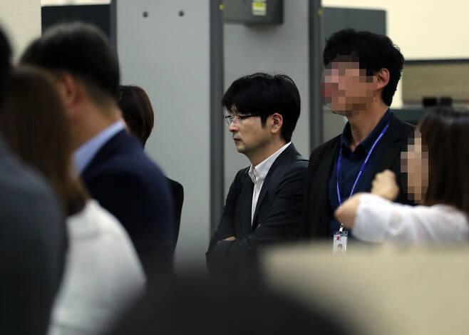 탁현민 청와대 선임행정관이 지난 10일 독일 방문을 마치고 경기 성남 서울공항으로 돌아와 자신의 짐을 기다리고 있다. /서성일 기자