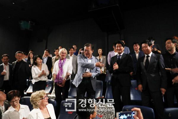 문재인 대통령이 13일 오전 용산 CGV에서 5·18민주화운동 참상을 다룬 영화 <택시운전사>를 관람하기 전 자리에 함께 한 배우들을 소개하고 있다./청와대제공