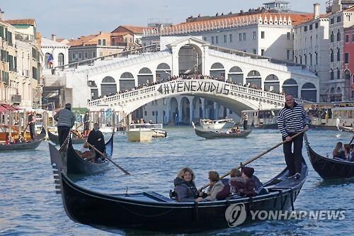 베네치아 리알토 다리에 붙은 관광객 반대 문구 [EPA=연합뉴스]