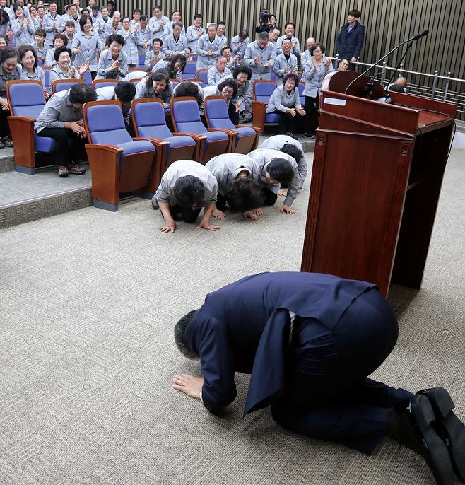 우윤근 국회 사무총장과 청소노동자들이 1월2일 서로 큰절을 하고 있다. © 사진=연합뉴스