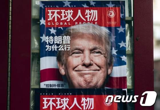 중국 상하이의 뉴스 가판대에 도널드 트럼프 미국 대통령 당선인의 사진을 실은 잡지가 진열되어 있다. © AFP=뉴스1 © News1 우동명 기자