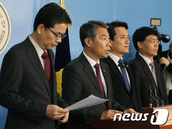 자유한국당 곽상도 의원(왼쪽) /뉴스1 © News1 송원영 기자