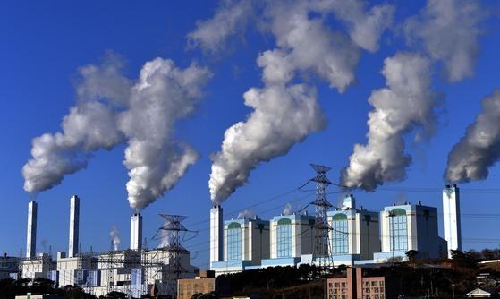 충남 당진화력발전소의 굴뚝에서 흰 수증기가 피어오르고 있다. [중앙포토]