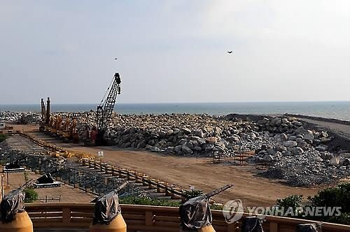 중국이 '진주목걸이 전략'의 주요 거점으로 추진해온 스리랑카 콜롬보항 개발 사업이 지난 2015년 스리랑카의 정권 교체로 중단됐다가 1년 만에 재개됐다. 사진은 공사가 중단된 당시 콜롬보항. 콜롬보 EPA 연합뉴스