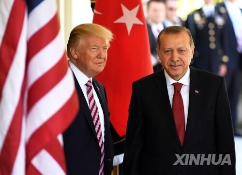 트럼프 미국 대통령이 이달 16일 백악관에서 레제프 타이이프 에르도안 대통령을 맞이하고 있다. [신화=연합뉴스]
