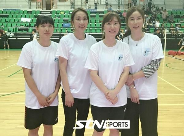 (왼쪽부터) 흥국생명 김해란, 이숙자 해설위원, 흥국생명 남지연, 김사니 해설위원.