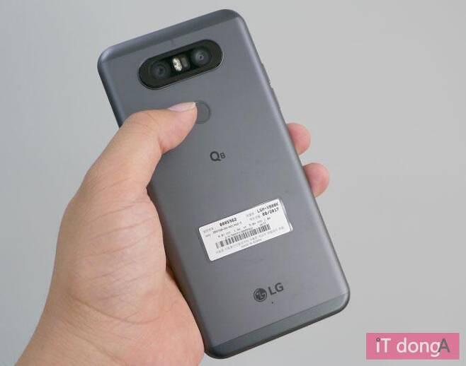 LG Q8 후면의 전원 버튼은 지문 센서를 겸한다