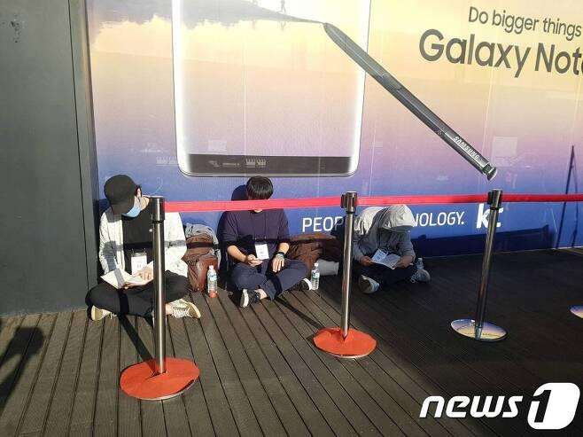 갤럭시노트8 개통 행사 이틀 전인 지난 13일 오후 서울 광화문 KT스퀘어에서 개통을 위해 대기중인 사람들.   © News1
