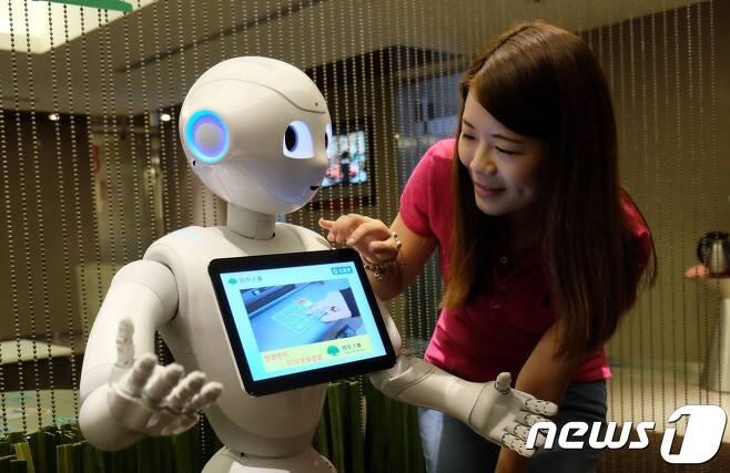 소프트뱅크의 휴머노이드 로봇 페퍼. © AFP=뉴스1