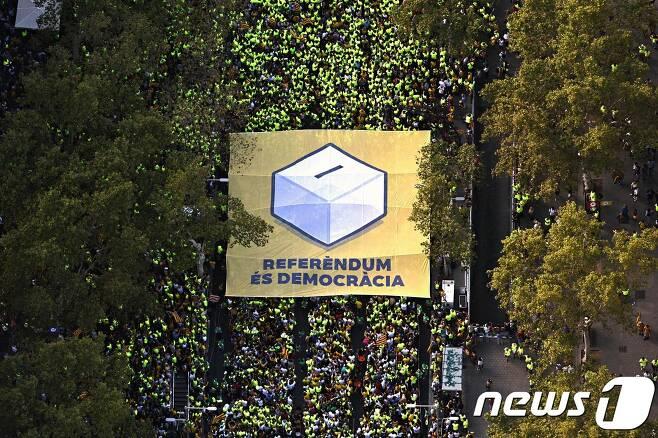 스페인 카탈루냐 자치정부의 분리독립 주민투표 계획에 대한 존중을 촉구하는 집회. © AFP=뉴스1