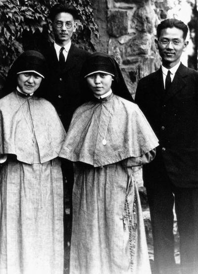 독실한 가톨릭 집안 출신인 장면·장발 형제는 1920년대미국 유학시절 뉴욕에서 프란치스칸이 됐다. 특히 3남4녀 중 둘째딸 장정온 악니다는 메리놀수녀회의 첫 동양인으로 한국전쟁 때 평양에서 순교했다. 장면(맨오른쪽)의 뉴욕 맨해튼대학 유학 때 장발(뒷줄 왼쪽), 장정온 수녀(맨왼쪽),  장면의 처조카 김교임 마르가리타 수녀(앞줄 오른쪽).