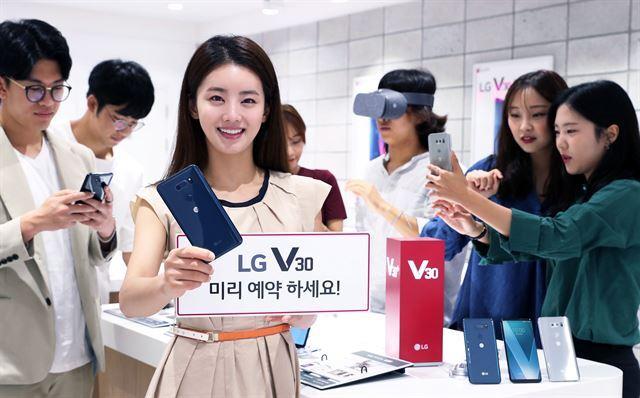LG전자가 14일부터 20일까지 일주일간 'LG V30' 예약 판매를 실시한다. LG전자는 출시일인 오는 21일부터 26일까지 'LG V30'를 개통한 예약 구매 고객 전원에게 가상세계를 실감나게 체험할 수 있는 구글의 최신 VR 헤드셋을 1,000원에 제공한다. 예약 구매는 이동통신 3사 홈페이지와 가까운 대리점에서 신청할 수 있다. LG전자 제공