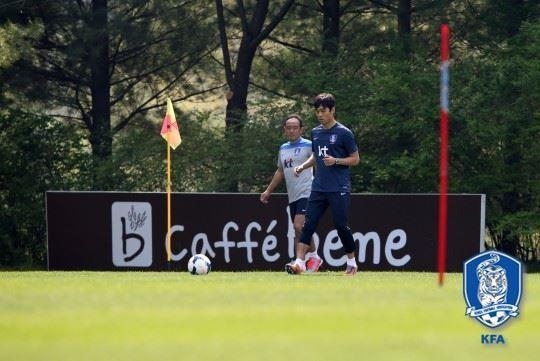 이케다 세이고(왼쪽) 피지컬 코치가 2014년 브라질 월드컵을 앞두고 파주 국가대표트레이닝센터에서 박주영을 지도하는 모습. 대한축구협회 제공