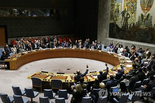 (유엔본부<뉴욕> AP=연합뉴스) 유엔 안전보장이사회(안보리)는 11일(현지시간) 북한으로의 유류공급을 30% 가량 차단하고 북한산 섬유제품 수입을 금지하는 내용을 골자로 한, 새 대북제재 결의 2375호를 만장일치로 채택했다.      bulls@yna.co.kr