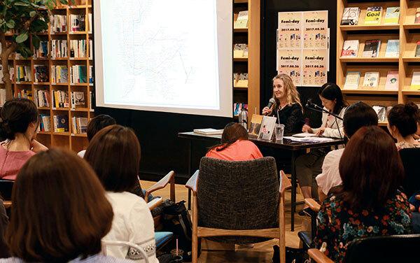 ⓒ민음사 제공 8월26일 민음사 주최로 열린 '페미데이'에 참석한 리베카 솔닛(마이크 든 이)이 '공적 공간을 걷는 여성의 역사'에 대해 강연하고 있다.