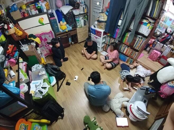 경기도 시흥시 정왕본동 단칸방에 사는 윤성학(35·가명)·권경인(30·가명)씨 부부. 부부는 이곳에서 각각 9살, 7살, 5살, 3살인 아이 넷과 살고 있다. 박기용 기자