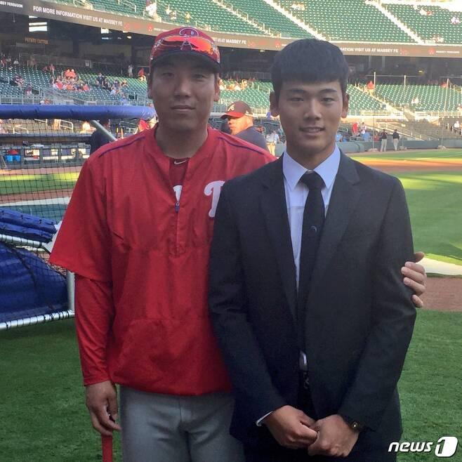 애틀랜타 브레이브스와 계약을 맺은 배지환이 경기를 위해 선트러스트파크를 방문한 김현수와 기념 사진을 촬영했다.(애틀랜타 공식 트위터)© News1