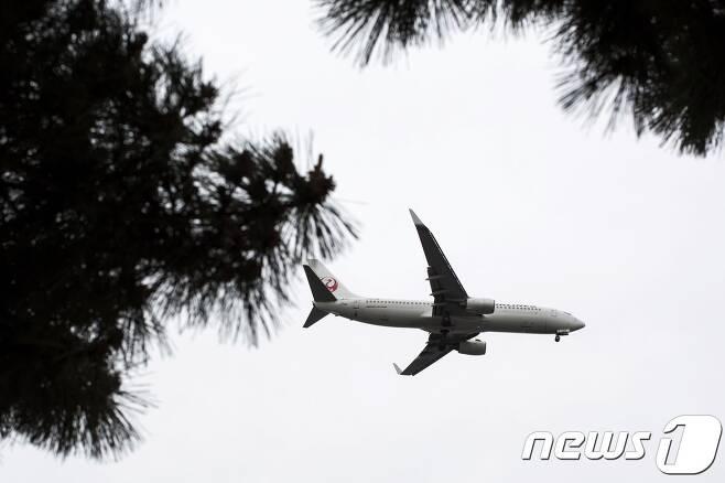 일본 국토교통성이 24일 전날 오전 간사이 공항에서 이륙한 항공기에서 패널 일부가 추락하는 사고가 발생했다고 밝혔다. © AFP=뉴스1