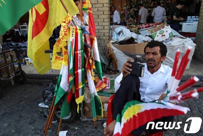 23일(현지시간) 쿠르드 자치지역에서 독립을 상징하는 깃발을 판매하는 상점원. © AFP=뉴스1