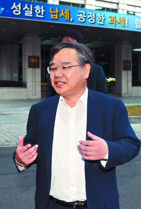 태광실업 세무조사가 '정치적 조사'였다는 의혹을 제기한 바 있는 안원구 전 서울국세청 국장이 2012년 10월 당시 서울 종로구 청사에서 열린 국세청 국정감사에 참석하려다 제지당한 뒤 청사를 나서고 있다. 뉴시스