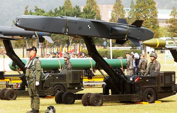 킬체인 핵심 미사일 - 28일 창군 이래 처음으로 경기 평택 해군 제2함대사령부에서 열린 건군 69주년 국군의 날 기념행사에 우리 군의 주요 전략무기들이 사열을 받기 위해 전시돼 있다. 타우루스 장거리 공대지미사일. 공동취재단